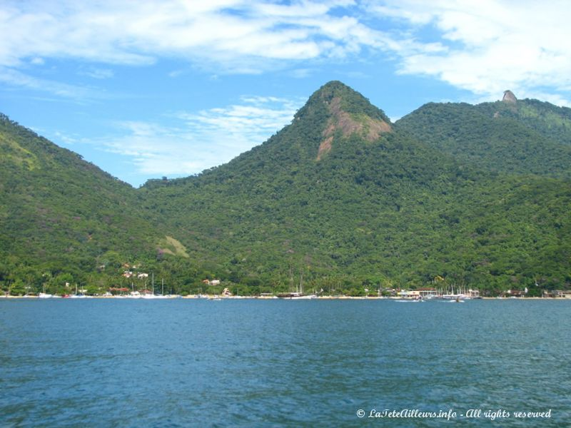On approche d'Abraão, le plus grand village d'Ilha Grande